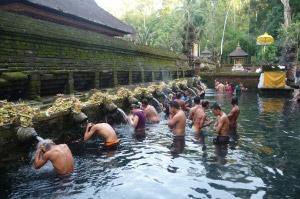 surf-retreat-bali-temple-women-300x225